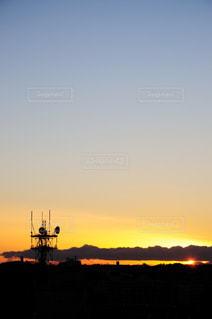 水の体の上の夕日の写真・画像素材[2410149]