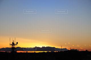 都市を背景にした水域の夕日の写真・画像素材[2410176]