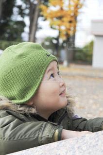 頭の上に横たわる少年の写真・画像素材[2410190]
