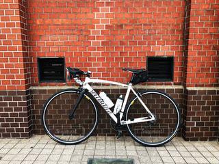 レンガ造りの建物の前に駐車した自転車の写真・画像素材[2411291]