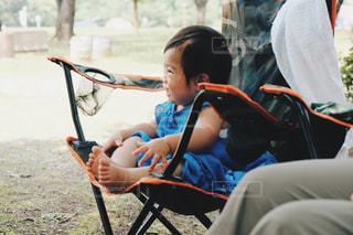 椅子に座っている小さな子供の写真・画像素材[2367818]