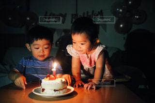 バースデーケーキでお祝いの写真・画像素材[2407380]
