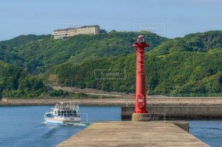 堤防と赤い灯台の写真・画像素材[2498786]