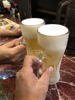 ビールで乾杯の写真・画像素材[2410802]