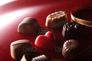 赤い背景の上のバレンタインチョコレートの写真・画像素材[2409089]
