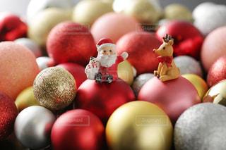 クリスマスオーナメントの上に置いたサンタクロースとトナカイの写真・画像素材[2409550]