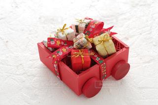 手作りでラッピングしたクリスマスプレゼントの写真・画像素材[2409563]