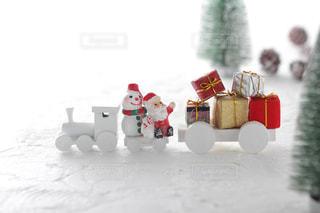 汽車に乗ってクリスマスプレゼントを運ぶサンタクロースの写真・画像素材[2409570]