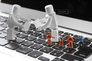 名刺交換するビジネスマンのロボットの写真・画像素材[2410642]