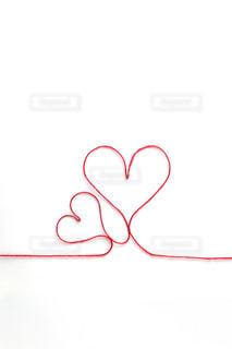 ハートの形をした赤い紐の写真・画像素材[2413160]