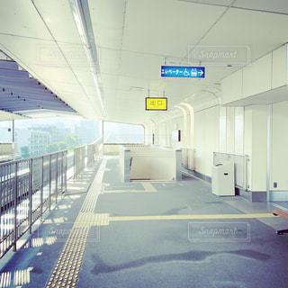 誰もいない日曜日の駅の写真・画像素材[2440320]
