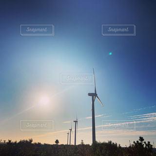 海岸の夕暮れの空と風力発電機の写真・画像素材[2473000]