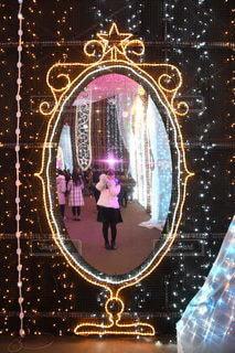 鏡に写る私の写真・画像素材[2411006]