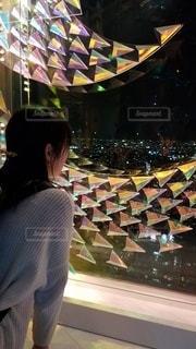 外を眺める女性の写真・画像素材[2412904]