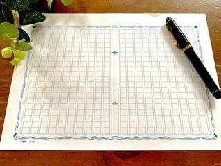 原稿用紙とペンの写真・画像素材[2496224]