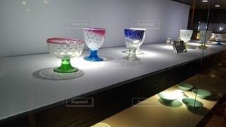 たくさんのガラスの杯の写真・画像素材[2413879]