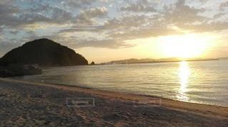 北条のビーチに沈む夕日の写真・画像素材[2415105]