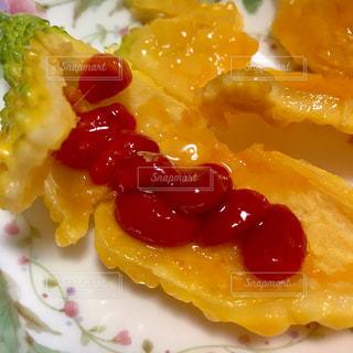 皿の上の自宅で採れた黄色いゴーヤの写真・画像素材[2411450]