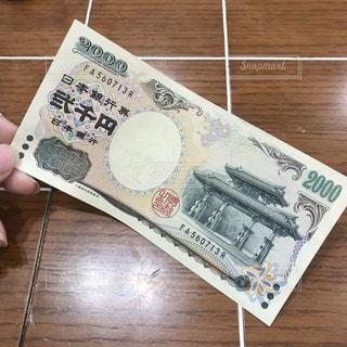 二千円札を持つ手の写真・画像素材[2411763]