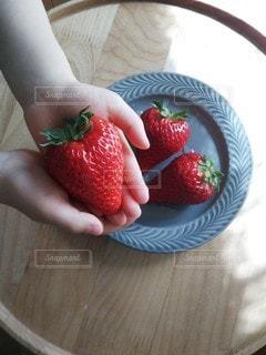 大きな苺の写真・画像素材[2414795]