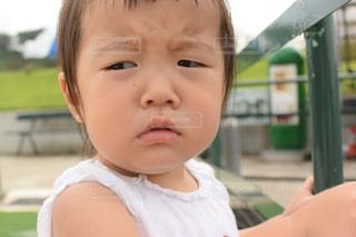 眉間にシワを寄せる子供の写真・画像素材[2412995]