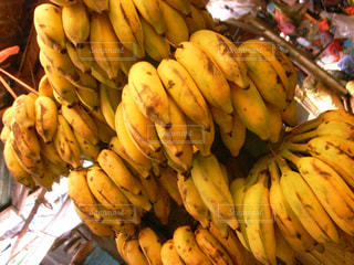 店に飾っているバナナの束の写真・画像素材[2415907]