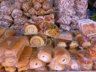 パン山盛りのアジアの市場の写真・画像素材[2415908]