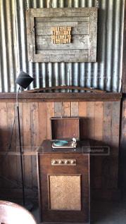 部屋の片隅に置かれたアンティークなレコードプレイヤーの写真・画像素材[2413198]