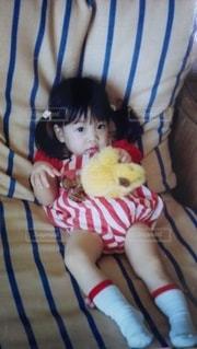 ベッドに横たわる小さな女の子の写真・画像素材[2423254]