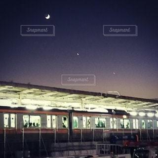 月と中央線を繋ぐ星達の写真・画像素材[2764304]