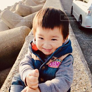 車の中に座っている赤ん坊の写真・画像素材[2429859]