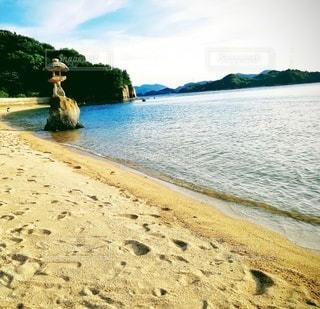 灯籠のある海岸の写真・画像素材[2428576]