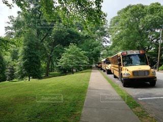道路の脇に止まっているスクールバスの写真・画像素材[2886848]