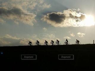 夕方の河川敷で自転車競争の写真・画像素材[2979596]
