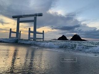 水の体の上の夕日の写真・画像素材[2415419]