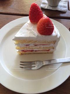白い皿の上に置かれたショートケーキの写真・画像素材[2416345]