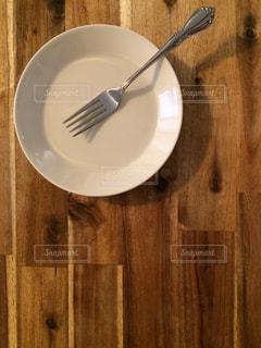 木製のテーブルの上の白い皿の写真・画像素材[2419271]