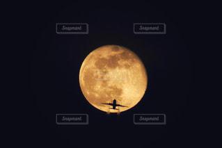 満月と旅客機の写真・画像素材[2418075]