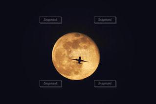 満月と旅客機の写真・画像素材[2418099]