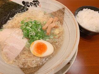 鶏ガラ塩ラーメン(麺増量)+ライスの写真・画像素材[2421983]