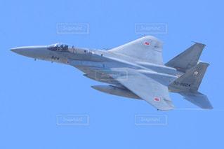 青空を飛ぶ戦闘機 F-15Jイーグルの写真・画像素材[2426305]