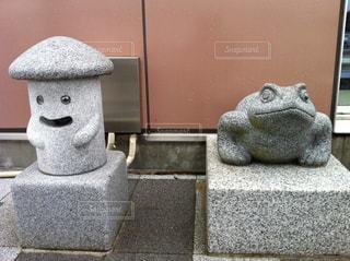 カエルとハニワ?の石像の写真・画像素材[2427936]
