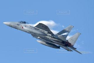 青空を飛ぶ戦闘機の写真・画像素材[2433723]