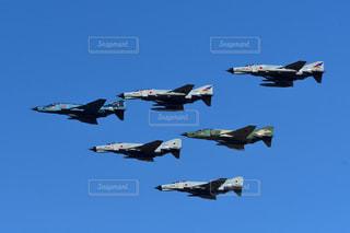 編隊飛行を行う戦闘機の写真・画像素材[2435433]