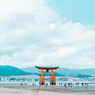 水域の近くのビーチで人々のグループの写真・画像素材[2417184]