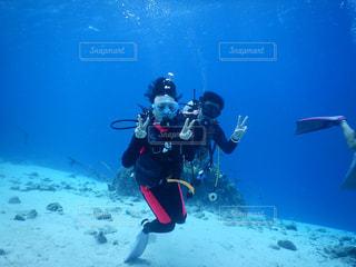 水の中を泳いでいる人の写真・画像素材[2419993]