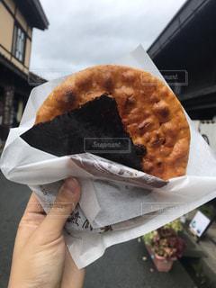 サンドイッチを持つ手のクローズアップの写真・画像素材[2417811]