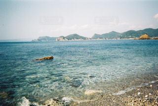 水域の真ん中にある島の写真・画像素材[2418673]