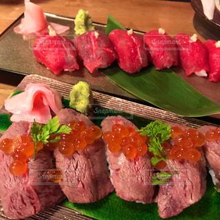 テーブルの上の食べ物の束のクローズアップの写真・画像素材[2419621]