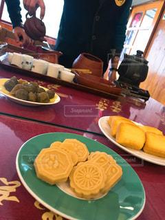 食べ物の皿を持ってテーブルに座っている人々のグループの写真・画像素材[2421406]